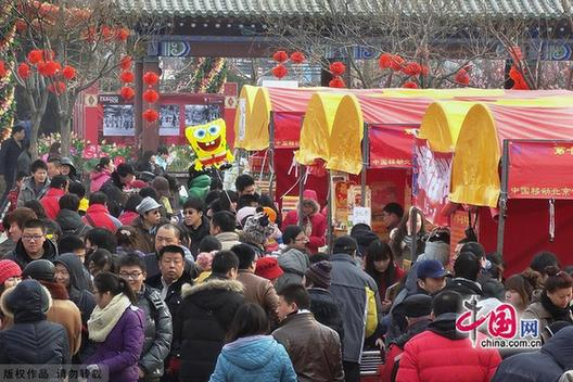 Lianhuachi temple fair at the Lotus Pond Park is quite traditional, with more than 100 events going on to make the park an ideal place to enjoy Chinese folk arts and food.